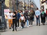 Łodzianie mimo obostrzeń licznie odwiedzają jarmark wielkanocny na ul. Piotrkowskiej