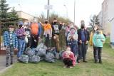 Światowy Dzień Ziemi. Uczniowie Powiatowego Zespołu Szkół i Placówek Oświatowych w Brzezinach sprzątali okolicę