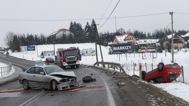 Jadący zbyt szybko kierowca bmw, chcąc uniknąć najechania na auto znajdujące się przed nim, zjechał na drugi pas. Tam zderzył się z jadącym z przeciwka seatem. W wyniku zderzenia seat wypadł na pobocze i dachował, a jego kierowca z obrażeniami trafił do szpitala. Po wypadku policja wyznaczyła objazdy. Utrudnienia w ruchu trwały kilka godzin.