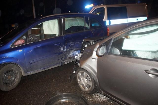 Na skrzyżowaniu ul. Gdańskiej i Kniaziewicza, dzisiaj wieczorem, doszło do kolizji dwóch samochodów osobowych. Kierujący Oplem mężczyzna, został uderzony w lewy bok swojego samochodu, przez kierującego osobową KIA.