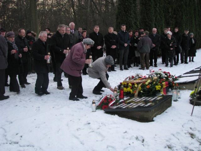 Uczestnicy uroczystości złożyli kwiaty i zapalili znicze. Na pierwszym planie Renata Wajda i Małgorzata Lisoń.