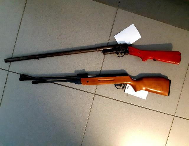 Według wstępnych ustaleń, broń zabezpieczona przez mundurowych w jednym z pomieszczeń gospodarczych, to wiatrówka i dubeltówka.