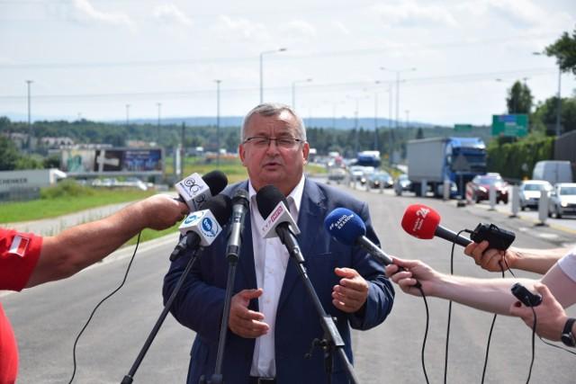 Minister infrastruktury Andrzej Adamczyk podczas konferencji w Modlnicy mówił o funduszach na doświetlenie przejść dla pieszych na drogach samorządowych i krajowych