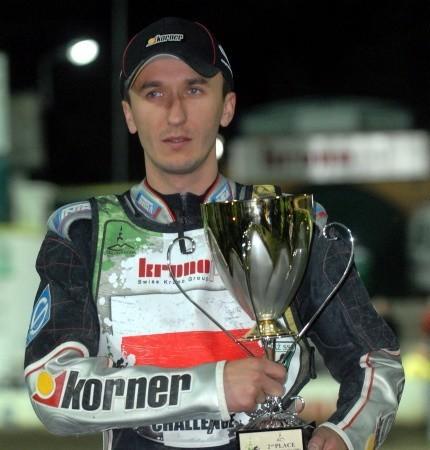 Grzegorz Walasek ma 32 lata, kapitan ZKŻ-u Kronopolu Zielona Góra. Indywidualny mistrz Polski juniorów (1997) i seniorów (2004), drużynowy mistrz świata (2005, 2007). Startował w cyklu Grand Prix z dziką kartą w latach 2001, 2002 (stała) i 2004. Żonaty, dwoje dzieci.