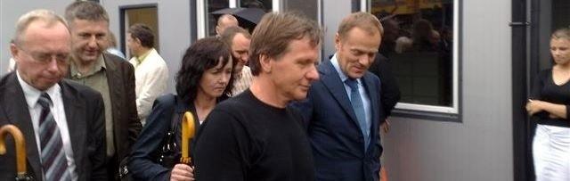 Wizyta premiera po pożarze zakładów JBB. Na zdjęciu z woj. mazowieckim, starostą i właścicielem firmy.