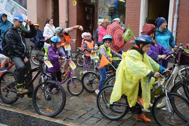 Uczestnicy pokonywali trasę wycieczki na rowerach, ale nie brakowało amatorów hulajnog.