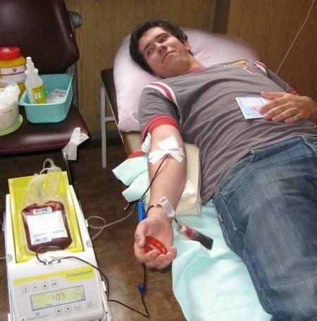 Tomasz Sobczak z III klasy ZSE-R oddał krew po raz pierwszy. - Zrobiłem to chętnie, bo wiem, że w ten sposób mogę uratować komuś życie - mówił.