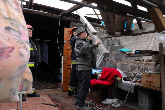 Przy ul. Wrony uszkodzony został dach jednego z domów. Trwa akcja straży pożarnej