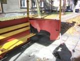 Oświęcim. Fiat punto wjechał w przystanek przy ulicy Sobieskiego – na szczęście nikt na nim nie czekał na autobus [ZDJĘCIA]