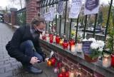 Płoną znicze przed cmentarzem w Katowicach-Ligocie. Studenci Śląskiego Uniwersytetu Medycznego palą je dla ofiar niewydolnej służby zdrowia