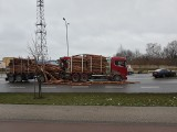 Białystok. Bele drewna spadły z ciężarówki na ul. Sosabowskiego po zderzeniu z seatem (ZDJĘCIA, WIDEO)