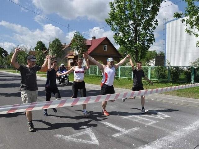 Na metę przybiegło pięciu pierwszych zawodników. Najlepszą biegaczką okazała się Monika Terebun