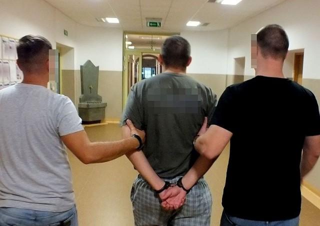 Na wniosek prokuratora, decyzją sądu mężczyzna został tymczasowo aresztowany na 2 miesiące. Grozi mu nawet do 12 lat więzienia.
