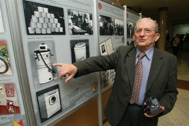 """Józef Gorzelak pokazuje pralkę """"Gosię"""", następczynię popularnej """"Frani"""", które przez wiele lat były produkowane w kieleckiej SHL. Fot. Dawid Łukasik"""