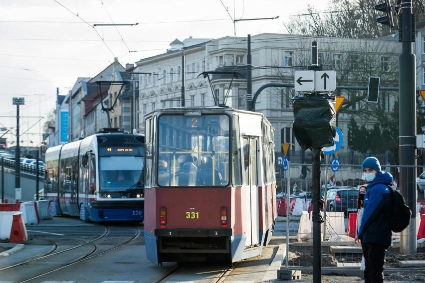 Podczas przejazdu tramwajów, w kamienicy przy ul. Kujawskiej...