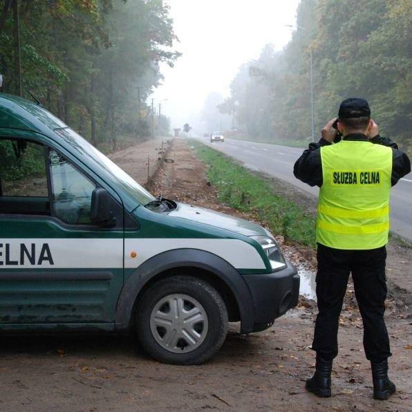 Od godziny 3.30 zabezpieczono drogi dojazdowe do giełdy samochodowej