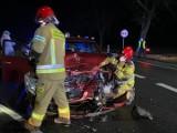 Bukowa Śląska. Czołowe zderzenie dwóch samochodów na drodze krajowej nr 39 pod Namysłowem. Dwie osoby ranne