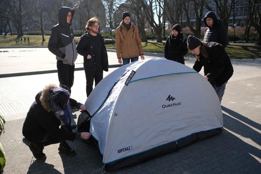 Poznań: Namioty w parku Mickiewicza. Wolontariusze pokazali, jak żyją uchodźcy [ZDJĘCIA]
