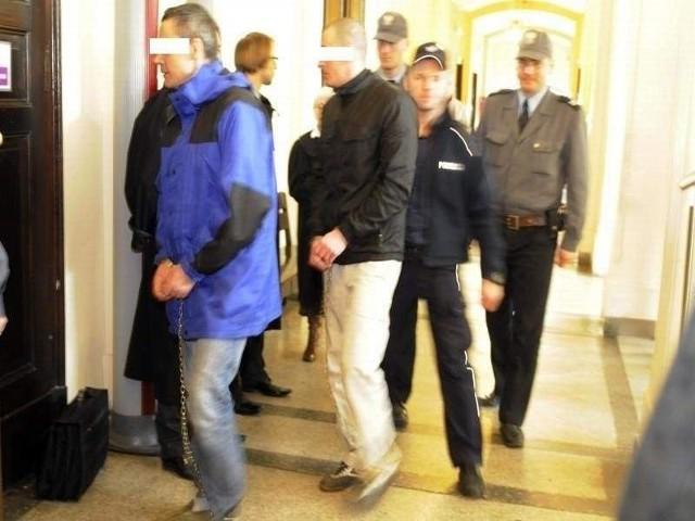 Oskarżeni o współudział w zabójstwie przy ul. Dworcowej w Bydgoszczy prowadzeni na salę rozpraw