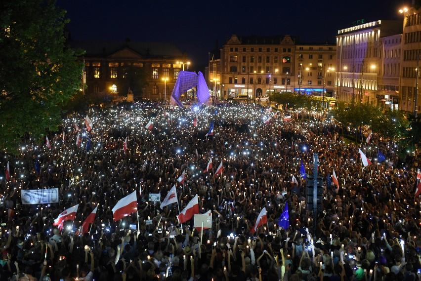 W lipcu 2017 r. w Poznaniu odbywały się Łańcuchy Światła,...