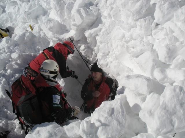 2008.02.09 tatry czerwone wierchy artur hajzer himalaista przysypany przez lawine gory, zima, lawina, himalaista, topr, ratownik, ratownicy, helikopter, snieg gazeta krakowska