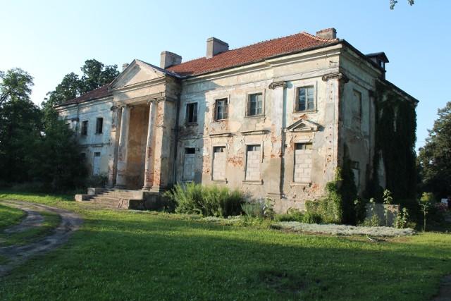 Pałac w Nawrze został zbudowany w latach 1798 - 1805 według projektu Hilarego Szpilowskiego. Obecnie wygląda tak jak widać na załączonym obrazku