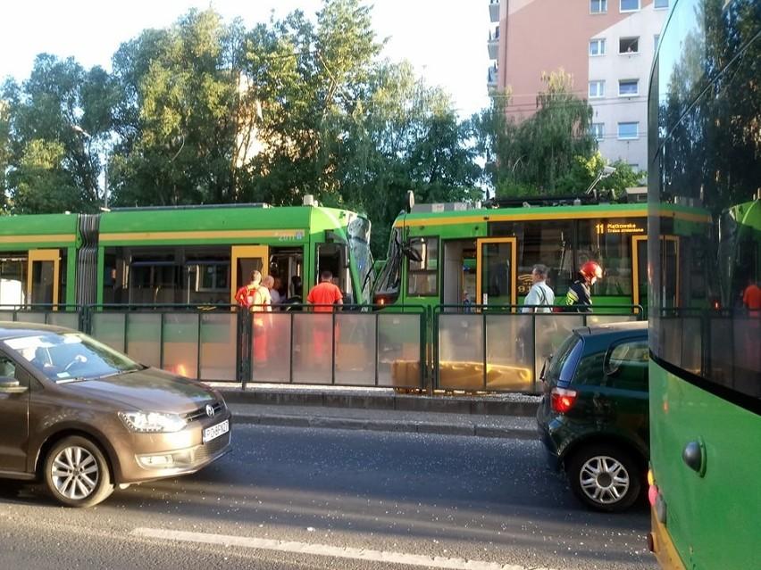 Najpierw zderzyły się dwa tramwaje na przystanku, a...