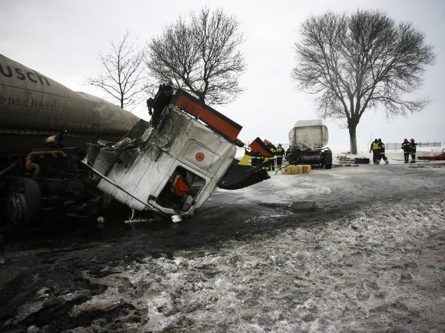 Obfite opady śniegu i porywisty wiatr były przyczynami paraliżu komunikacyjnego, doszło do bardzo wielu wypadków.Na zdjęciu ciężarowa scania zderzyła się z cysterną przewożącą paliwo, na skutek kolizji doszło do wycieku. Obaj kierowcy zostali ciężko ranni.