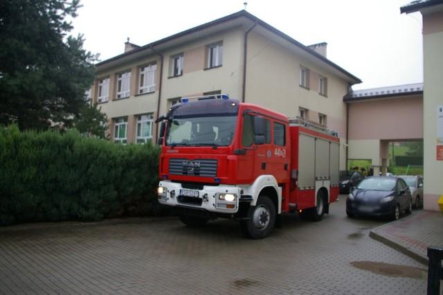 W każdej ze szkół do której dotarła informacja o rzekomo podłożonym ładunku wybuchowym pracują strażacy, policjanci i pirotechnicy