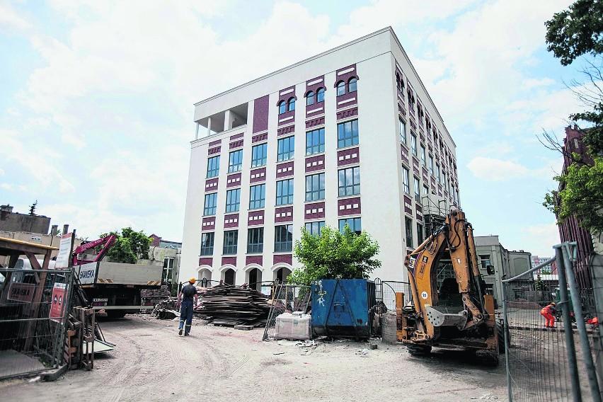 Przy ul. Wólczańskiej 221/223 powstaje budynek, w którym...