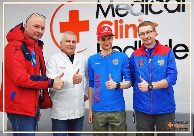 Skoczek Denis Kornilov (drugi z prawej) po upadku na zawodach w Wiśle leczył się na Podhalu