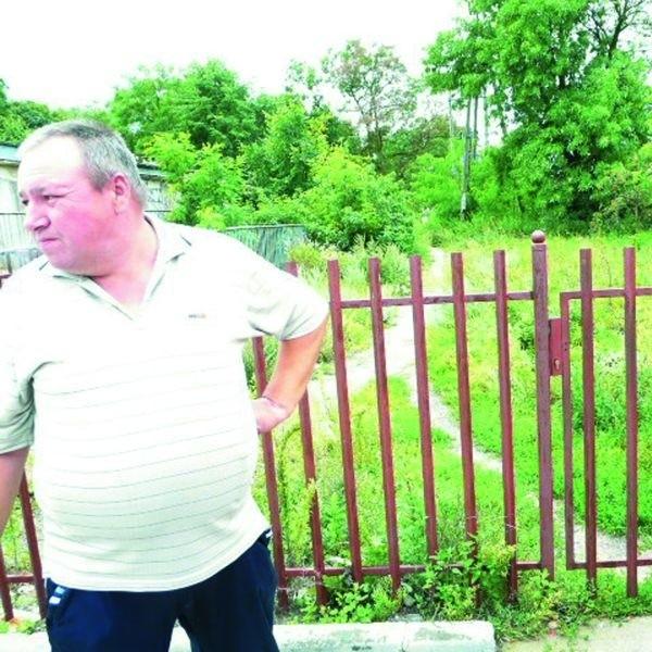 Sporna bramka już od pewnego czasu jest powodem konfliktu pomiędzy mieszkańcami a gospodarzem (na zdjęciu jeden z członków zarządu wspólnoty)