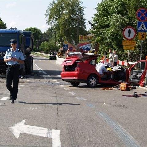Zmiażdżone auto osobowe, w którym zginęli czterej mężczyźni