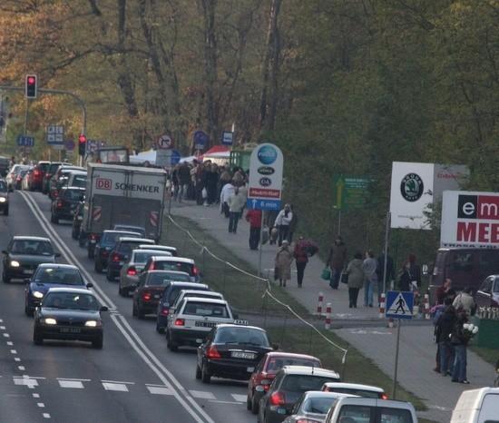 Korki na ul. Wrocławskiej są szybko rozładowywane przez policjantów.