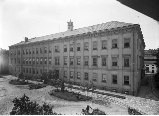 Zdjęcie z 1926 roku. Państwowa Fabryka Cygar i Wyrobów Tytoniowych w Krakowie przy ulicy Dolnych Młynów