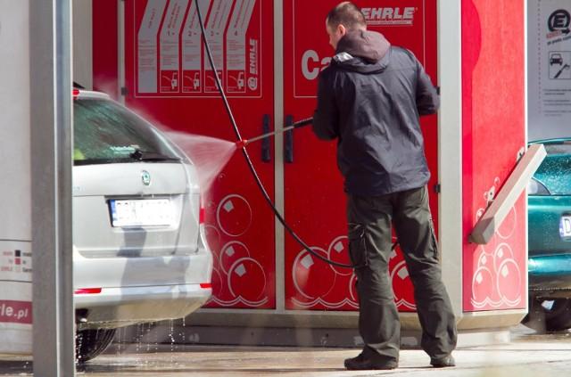 Wizyta na myjni samochodowej w czasie epidemii koronawirusa może sporo kosztować. Przekonali się o tym trzej kierowcy z Olsztyna, którzy dostali mandaty za mycie samochodu.