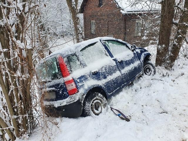Samochód osobowy wypadł z drogi w Tenczynku