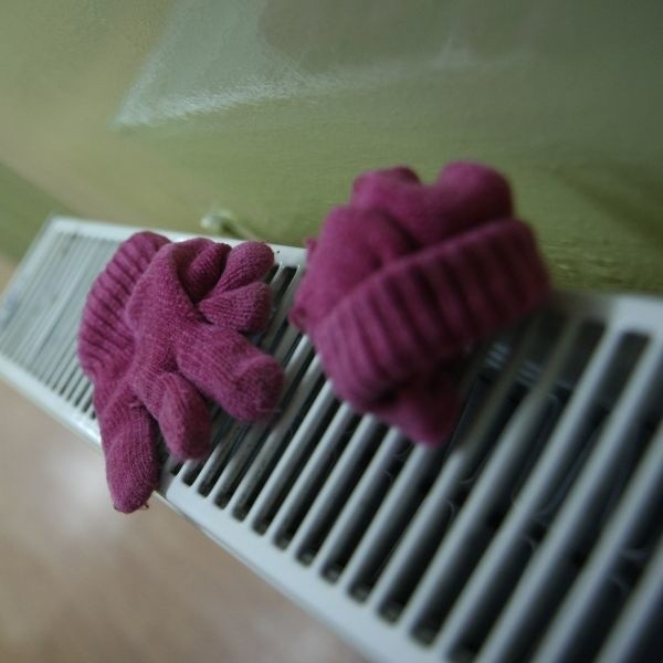 W zimie na grzejniku w holu świetlicy zawsze suszą się jakieś rękawiczki. Dzieci często je gubią, zapominają. Jak wszystkie maluchy. Niestety, te często nie mają drugiego, zapasowego kompletu.