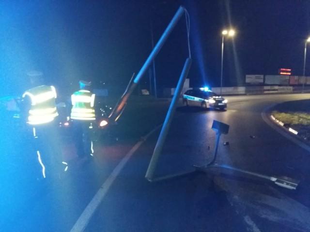 W nocy z niedzieli na poniedziałek pijany 19-latek w BMW uderzył w latarnię w okolicy ronda warszawskiego.