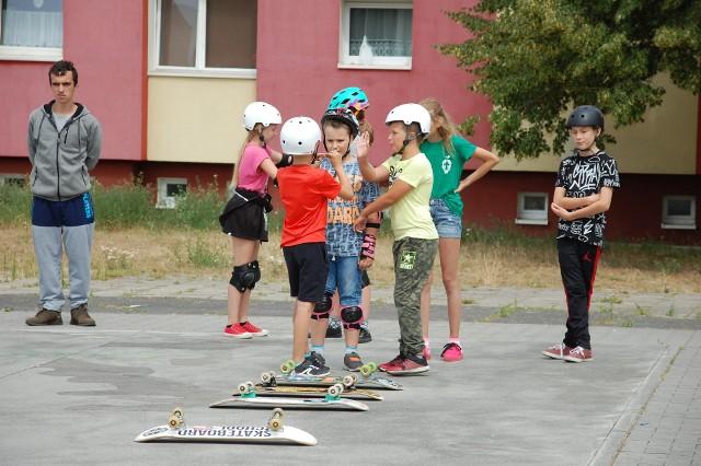 Dzieci podczas warsztatów nauczyły się m.in. jeździć na deskorolce i malować graffiti. Uśmiechy nie schodziły im z twarzy.