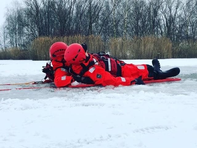 We wtorek ćwiczono standardowe techniki ratownictwa polegające między innymi na podjęciu osoby, która wpadła pod lód.