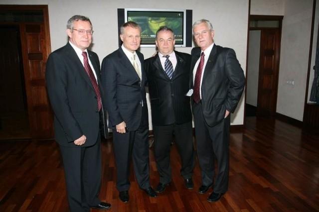 Stanisław Bobkiewicz, drugi z prawej, z, od lewej: Adamem Olkowiczem, wiceprezesem Polskiego Związku Piłki Nożnej, Grigorijem Surkisem, szefem piłkarskiego związku na Ukrainie oraz Michałem Listkiewiczem, byłym prezesem Polskiego Związku Piłki Nożnej.