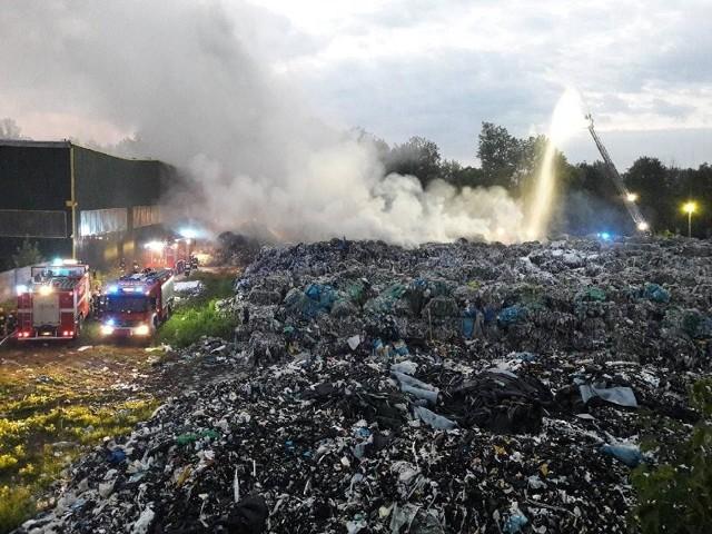 Gromadzeniem i przetwarzaniem odpadów w Skawinie zajmuje się wiele firm. Mieszkańcy obawiają się ich, bo wybuchały tu pożary i truły środowisko - tak było na wysypisku przy ulicy Energetyków