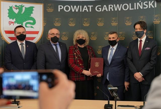 Podczas spotkania w Starostwie Powiatowym w Garwolinie została podpisana umowa na opracowanie dokumentacji projektowej na budowę mostu na rzece Wiśle .