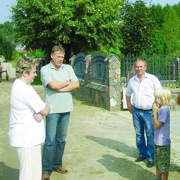 Od 1994 r. w Janowie powstało 21 domów. 16 rodzin już tu mieszka, pięć kończy budowę. Działki, od strony rzeki, były już podtapiane, a strażacy wypompowywali wodę. Droga bez odpływu nie może istnieć.
