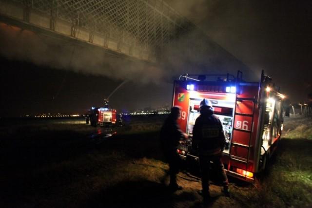 Ogień na moście w Tczewie pojawił się ok. godz. 21. Gaszenie pożaru trwało do rana