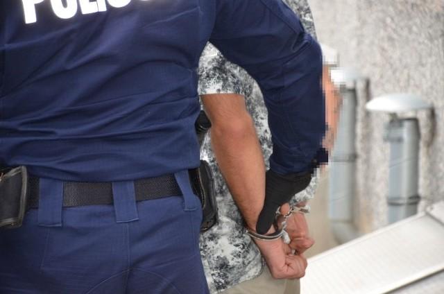 Mężczyzna został zatrzymany i trafił do policyjnego aresztu.