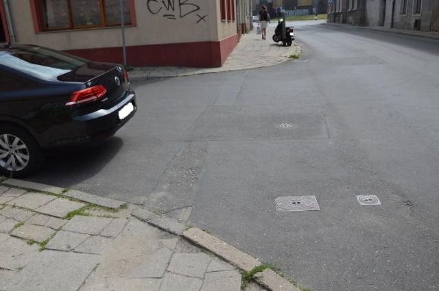 Czytelnik Marek przysłał nam kilka zdjęć, które zrobił w sobotę (15 czerwca) na skrzyżowaniu ulic Wandy i Świętojańskiej w Zielonej Górze. Przyłapał tam autodrania.