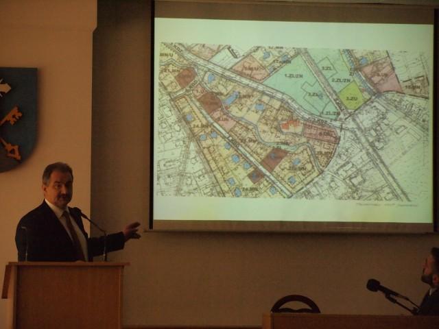 Leszek Dorula pokazuje plan zagospodarowania, który zawetował konserwator zabytków w Krakowie