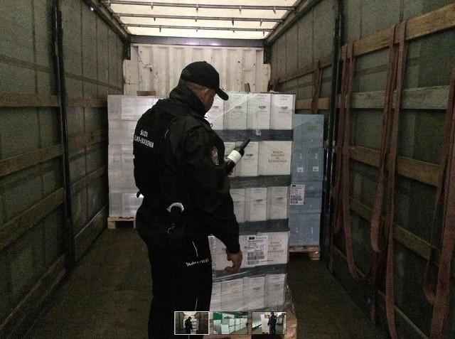 Blisko 16.000 butelek wina bez polskich znaków akcyzy ujawniła podlaska Krajowa Administracja Skarbowa w samochodzie skontrolowanym w ramach monitorowania drogowego przewozu towarów na podlaskich drogachTransport wina składał się z 2.972 butelek po 0,25 litra (743 litry), 9.786 butelek po 0,75 litra (7.339,5 litra) oraz 3.011 butelek po 1 litr (3.011 litrów). Łącznie w aucie znajdowało się 15.769 butelek wina (11.093 litrów).